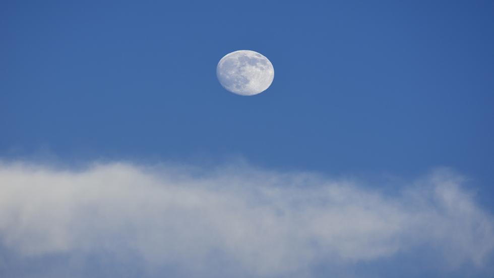 لماذا نستطيع رؤية القمر خلال النهار؟
