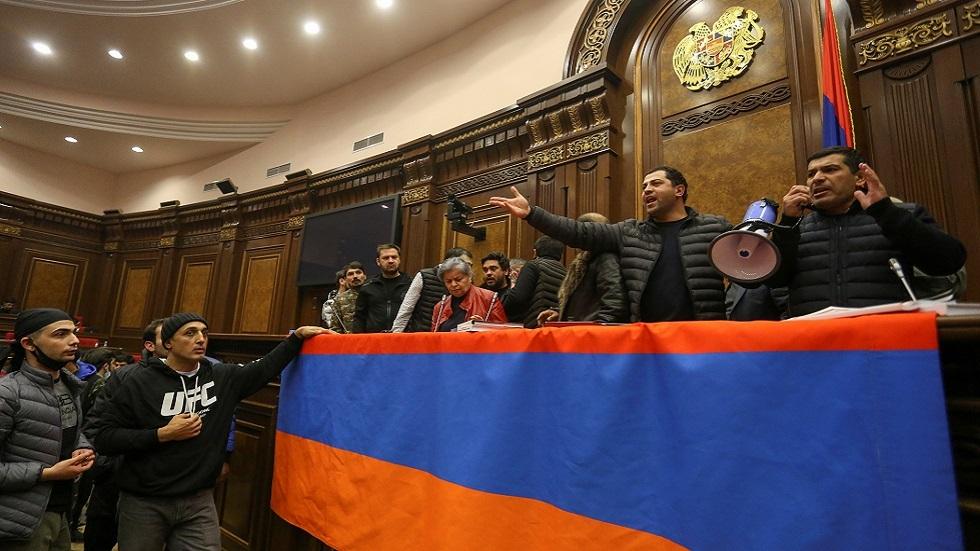 الجيش الأرمني يؤكد ضرورة وقف النزيف في قره باغ ويحذر من مغبة