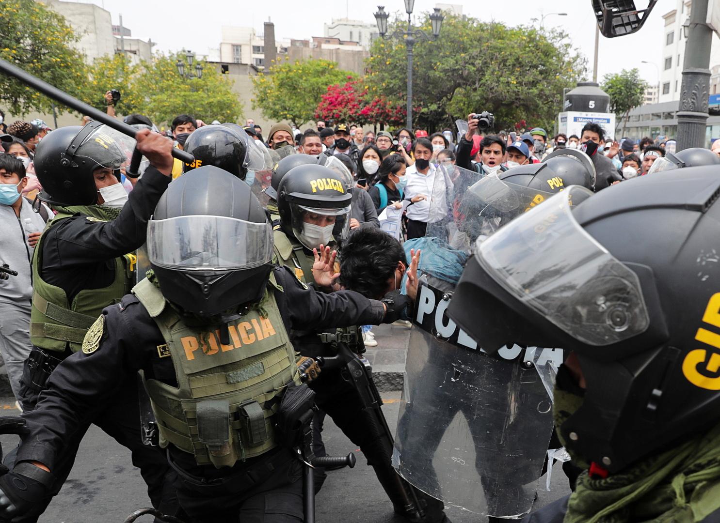 بيرو.. رئيس الكونغرس يتولى رئاسة البلاد وسط احتجاجات رافضة لعزل رئيس الجمهورية