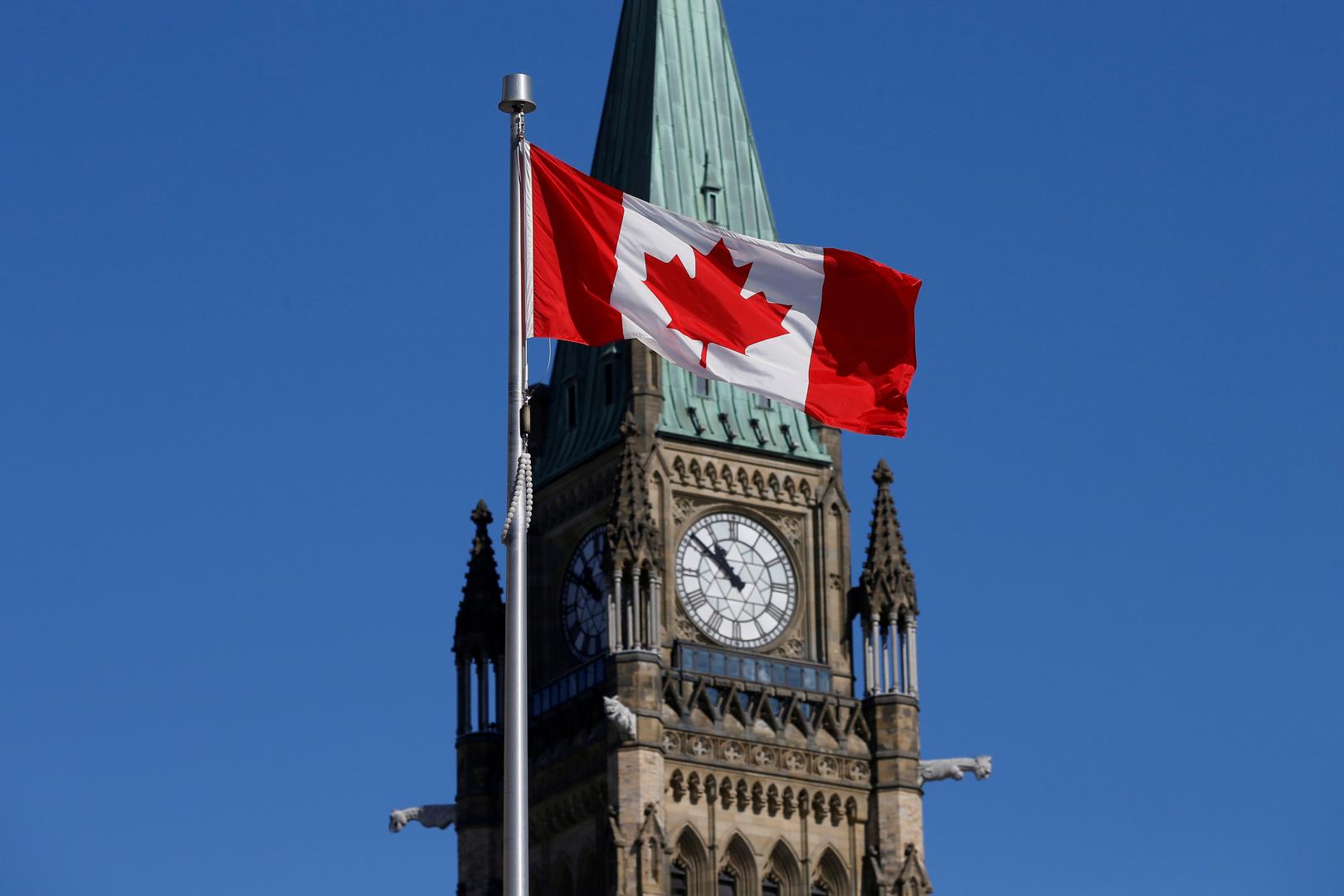 العلم الكندي أمام برج السلام في كندا