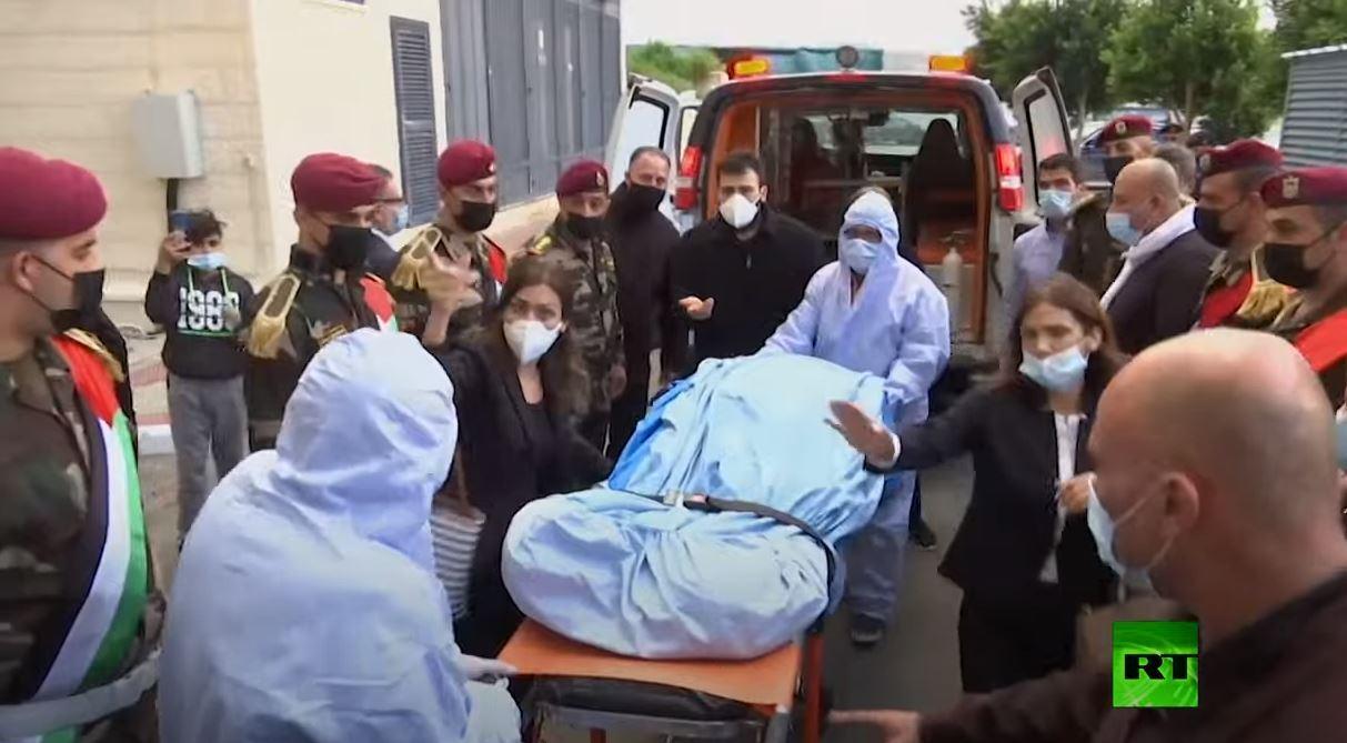 لحظة وصول جثمان صائب عريقات لأحد مستشفيات رام الله