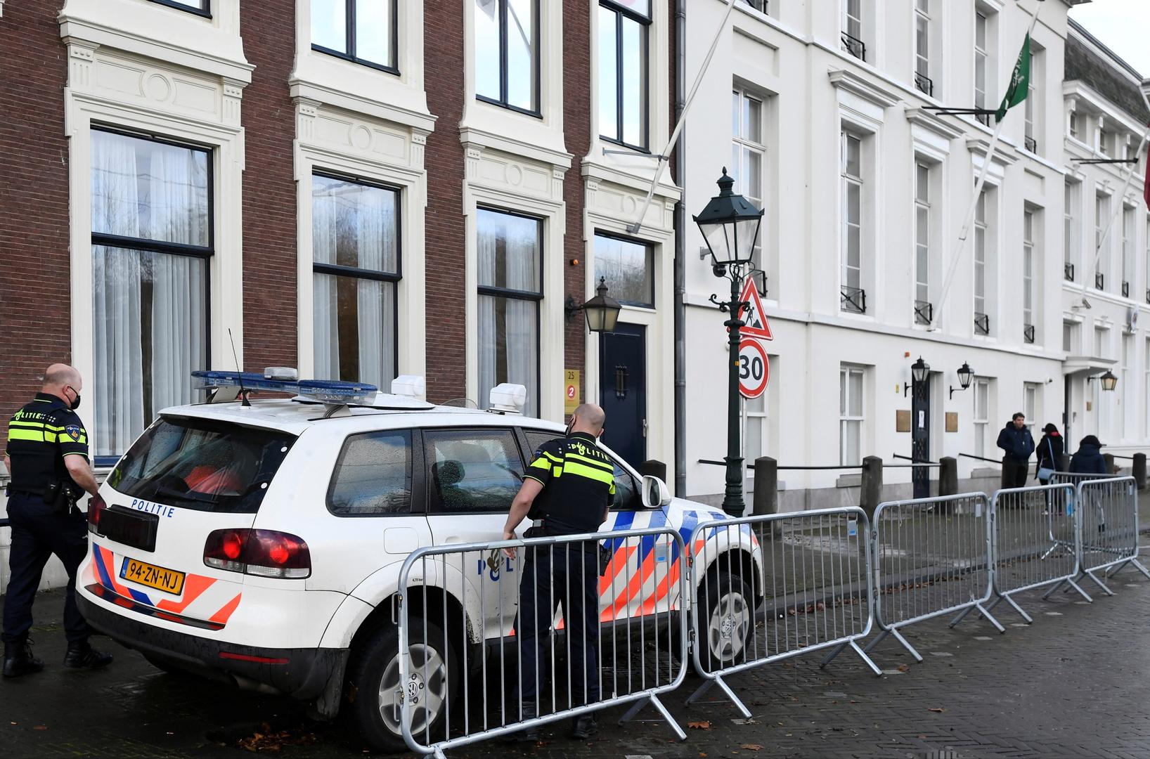 عنصران من الشرطة الهولندية أمام مقر السفارة السعودية في لاهاي بعد تعرض البعثة الدبلوماسية لإطلاق نار يوم 12 نوفمبر 2020.