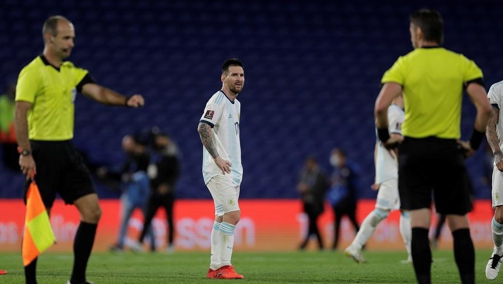 ميسي يشتعل غضبا في رده على حكم مباراة باراغواي