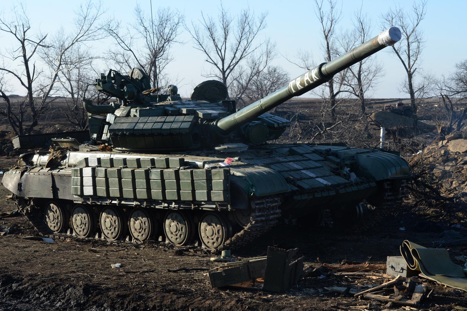 دبابة أوكرانية مدمرة في منطقة دونيتسك.