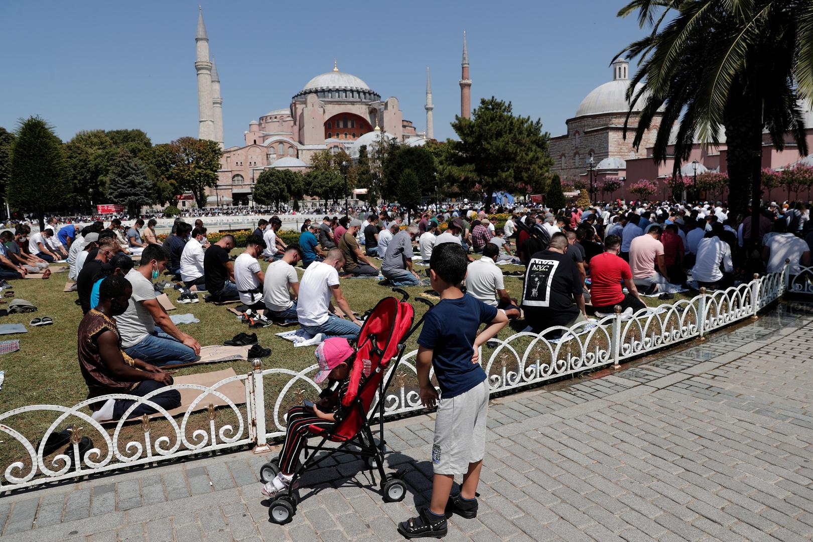 مسلمون يصلون أمام آيا صوفيا في اسطنبول.