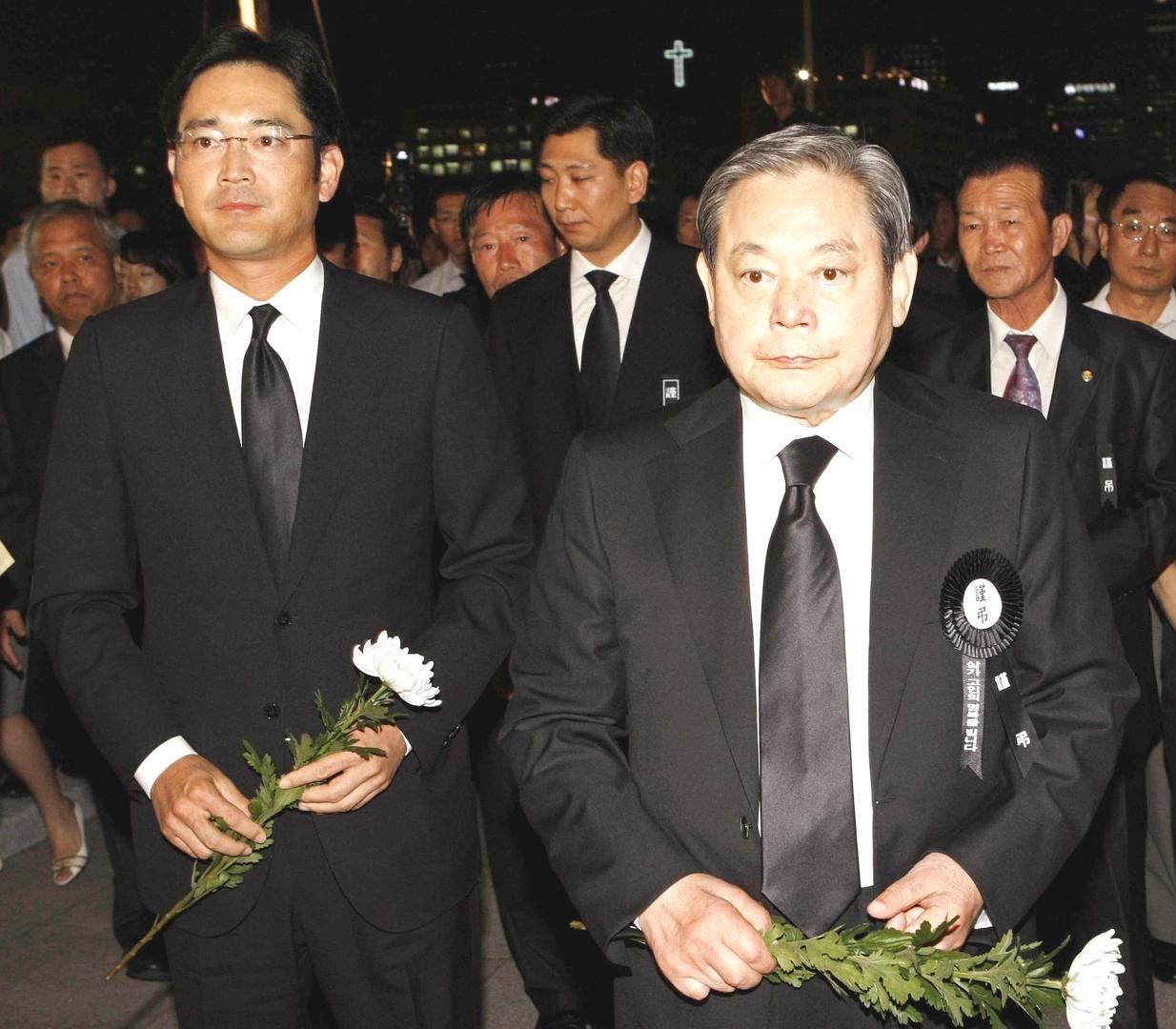 لي كون-هي الرئيس الراحل لمجموعة سامسونغ برفقة ابنه.
