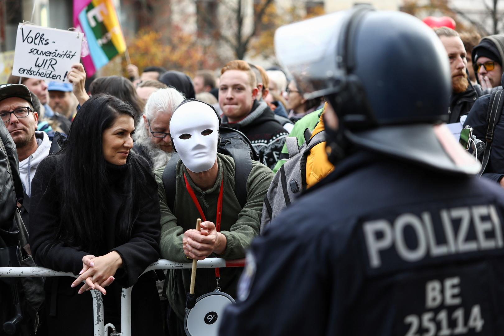 الآلاف يتظاهرون في برلين احتجاجا على خطط ميركل لتشديد قيود كورونا