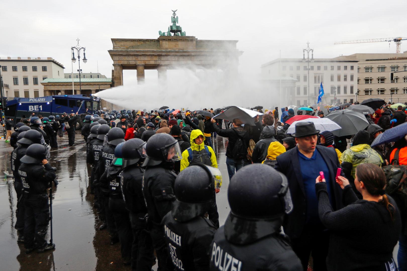 إصابة 10 من الشرطة واحتجاز 365 متظاهرا خلال احتجاجات ضد إجراءات العزل في برلين