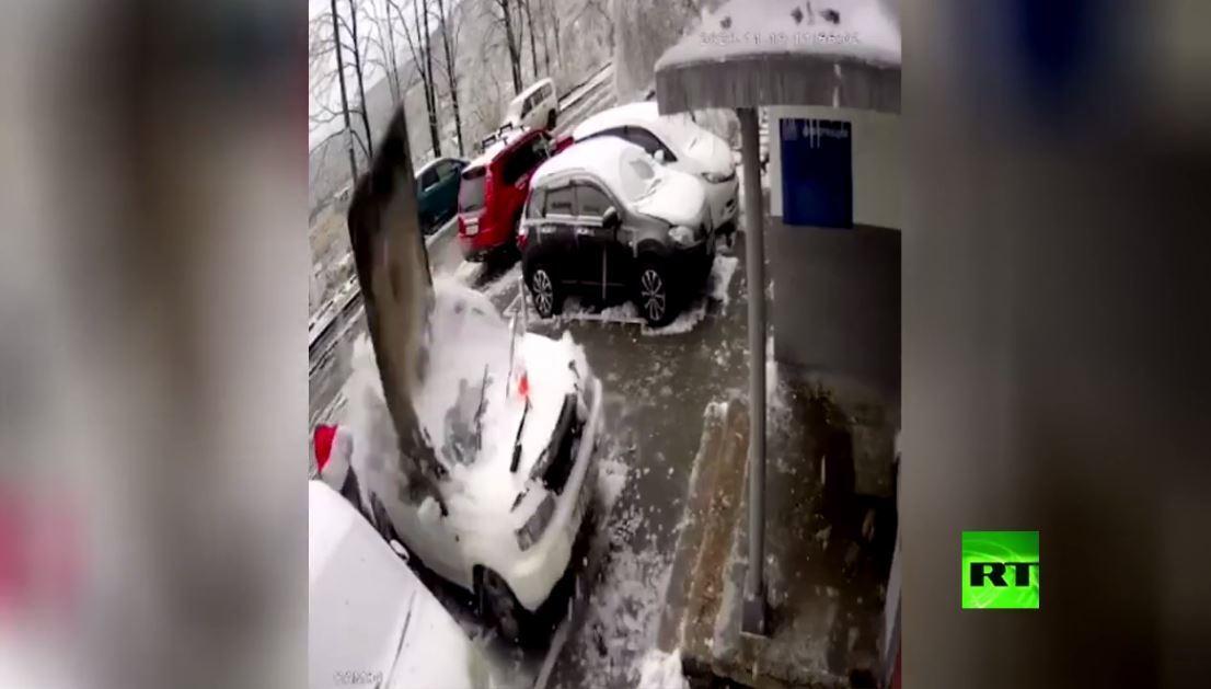 بلاطة تسقط على سيارة وتكاد تقتل سائقها في فلاديفوستوك الروسية