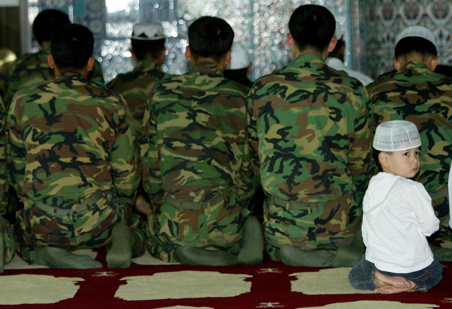 جنود كوريون جنوبيون مسلمون يؤدون الصلاة. الصورة: أرشيف.
