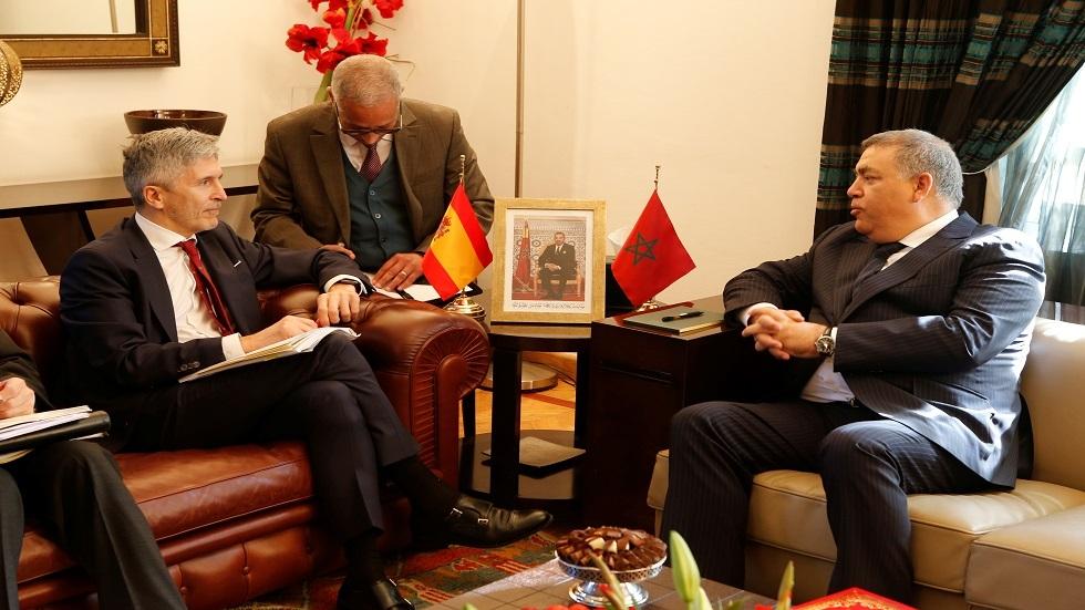 وزير الداخلية الإسباني فرناندو غراندي مارلاسكا يتحدث مع نظيره المغربي عبد الوافي لافتيت في الرباط