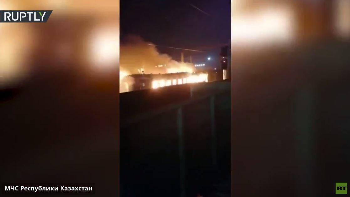 بالفيديو من كازاخستان..  النار تلتهم عربة المطعم في أحد القطارات