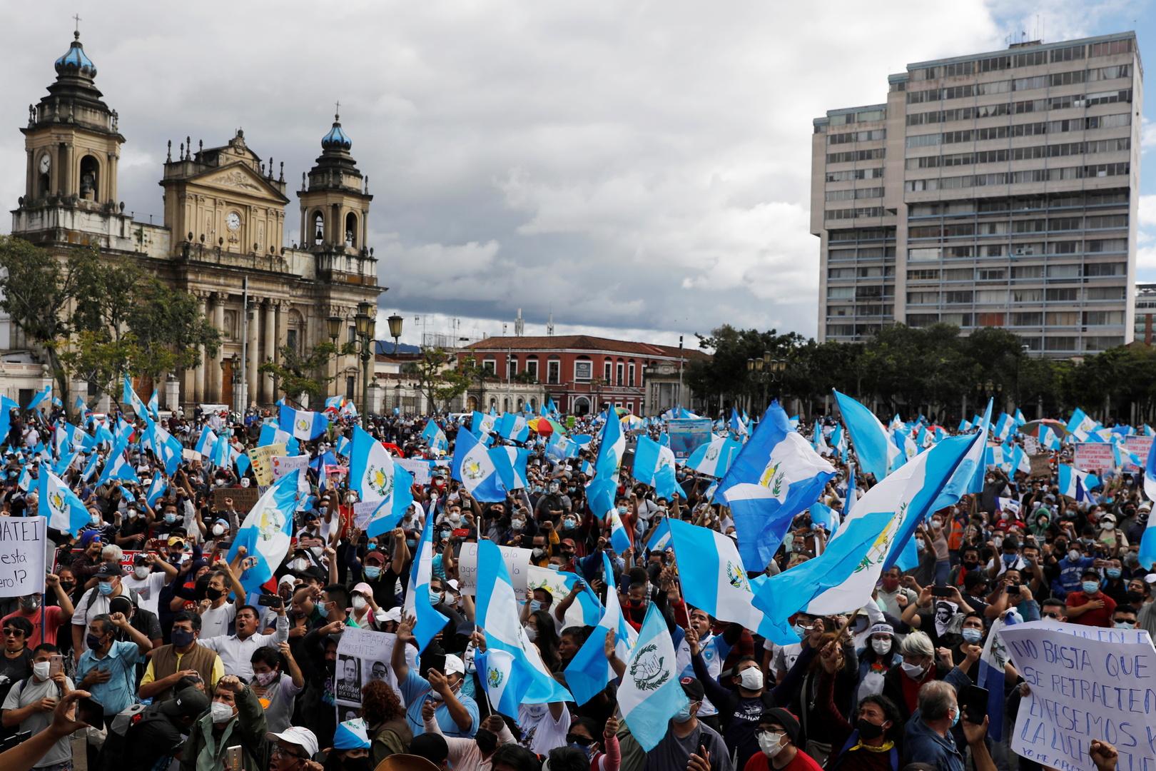غواتيمالا.. احتجاج الآلاف ضد الرئيس وإضرام النار في مبنى الكونغرس
