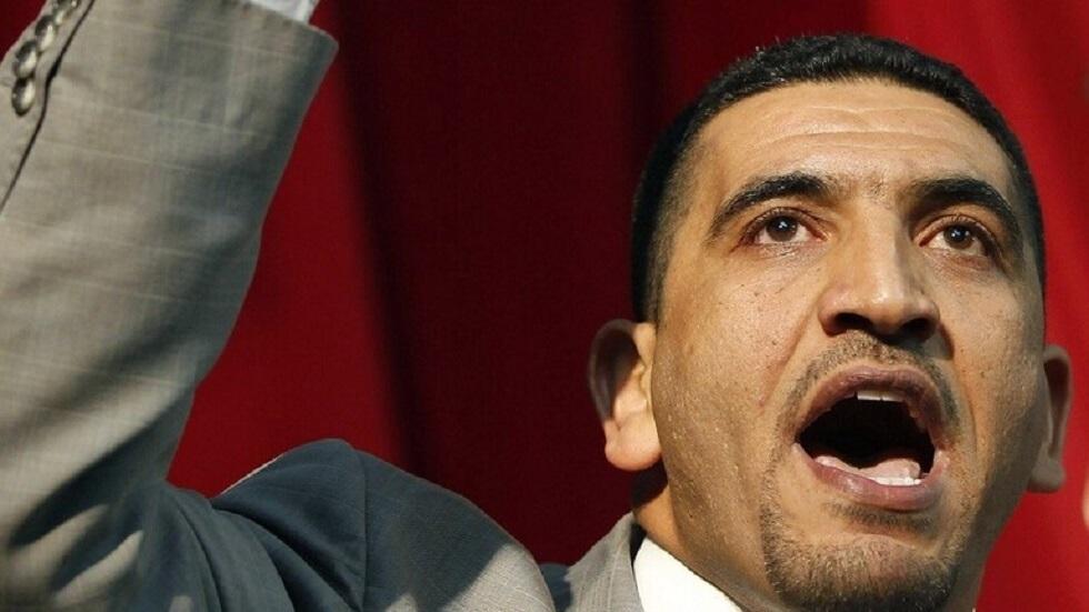 معارض جزائري ينتقد ماكرون بعنف لدعمه تبون