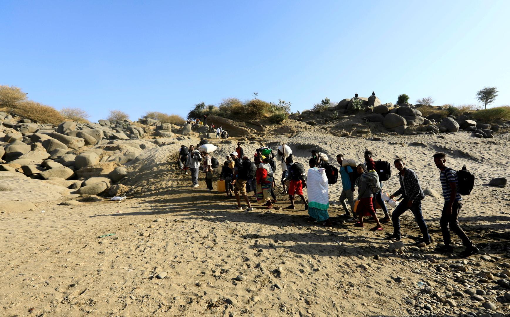 اللاجئون من إقليم تيغراي الإثيوبي في طريقهم إلى السودان بعد اجتياز نهر ستيت.