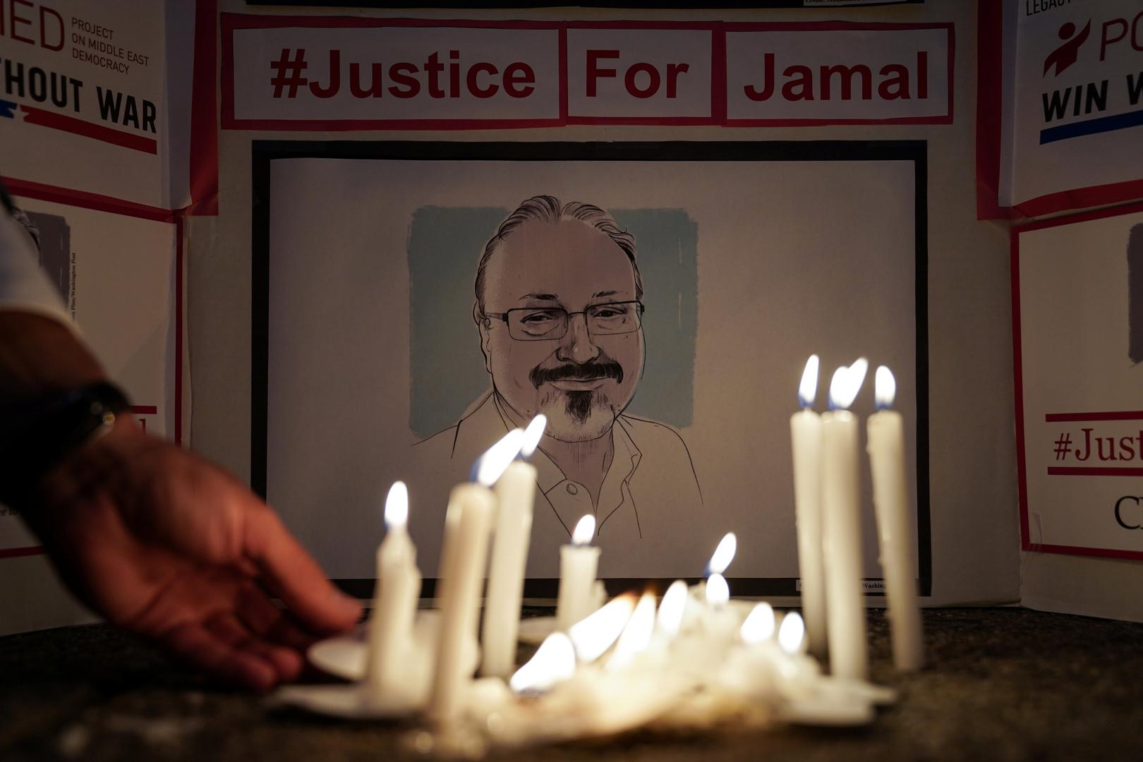 شموع مضاءة أمام صورة الصحفي السعودي جمال خاشقجي