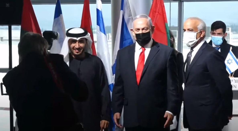 شاهد.. نتنياهو يستقبل أول طائرة تجارية إماراتية قادمة من دبي