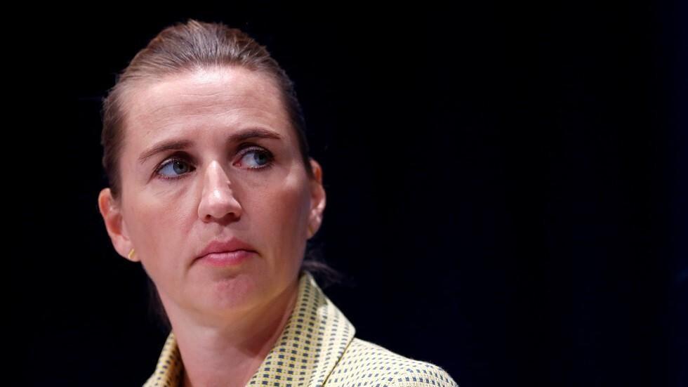 رئيسة وزراء الدنمارك تبكي أثناء زيارة مزرعة أعدمت حيوانات المنك بسبب كورونا (فيديو)
