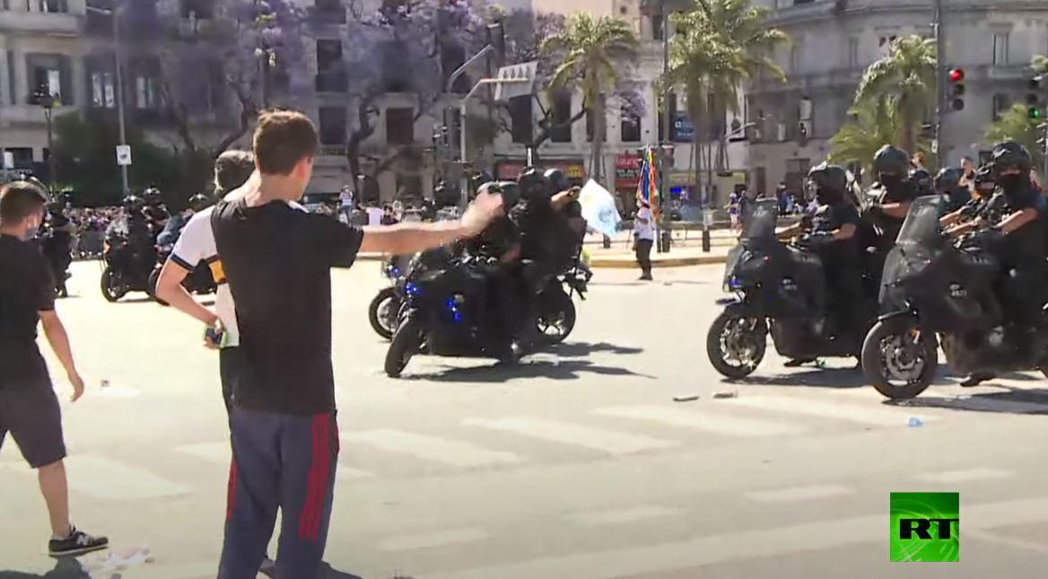 إصابة مراسل RT أثناء تغطيته للاشتباكات خلال مراسم وداع مارادونا