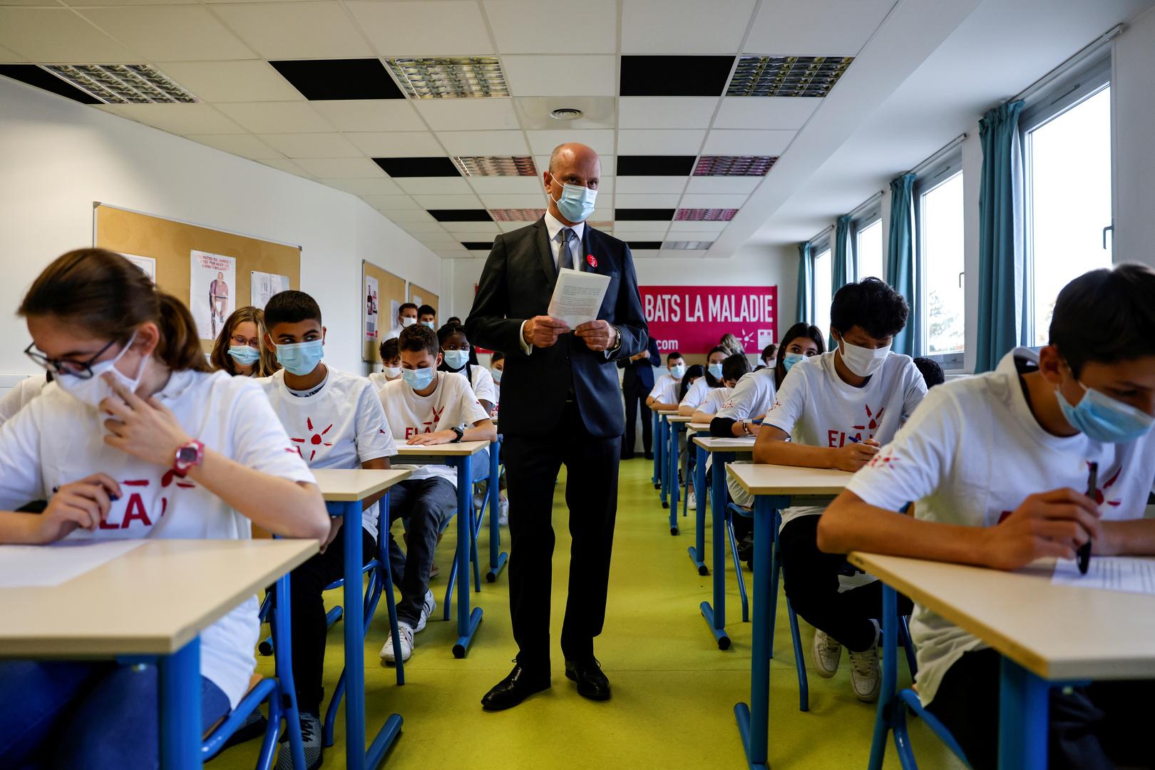 خلال زيارة وزير التربية الفرنسي مدرسة في باريس على خلفية قتل المعلم صاموئيل باتي.