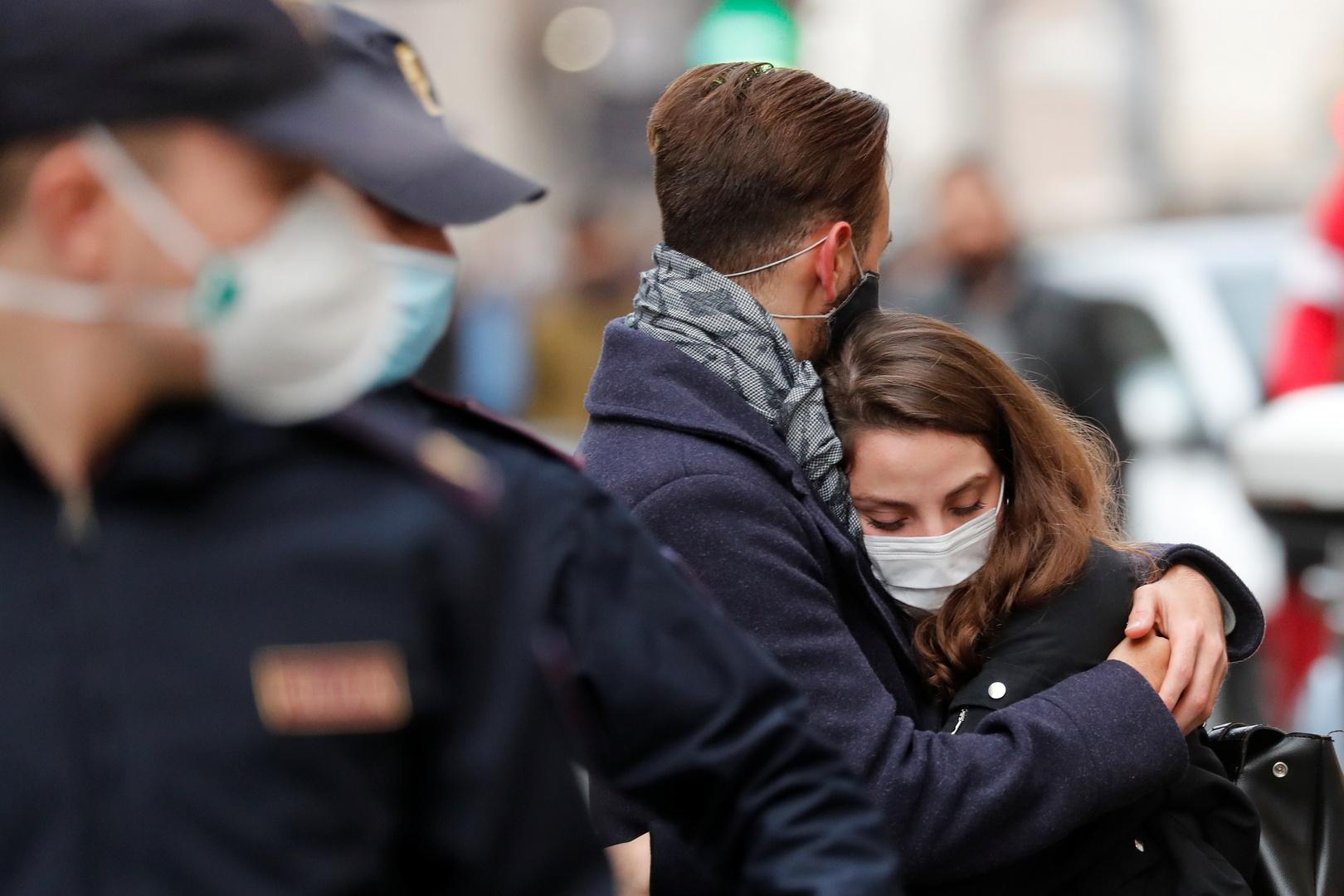 عالم فيروسات إيطالي: وجود اللقاحات المضادة لكورونا لا يعني التخلي عن الكمامات خلال العام المقبل