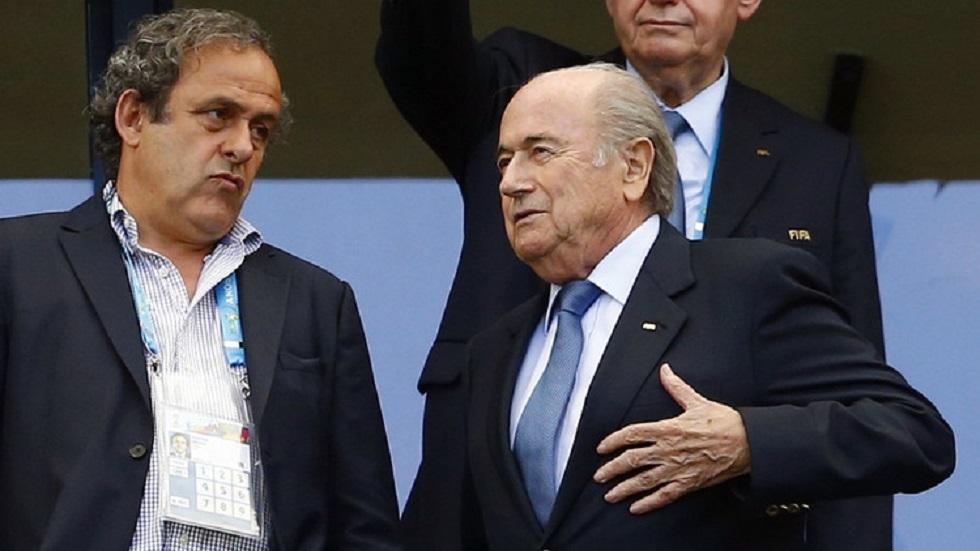 الرئيس السابق للاتحاد الدولي لكرة القدم جوزيف بلاتر والرئيس السابق للاتحاد الأوروبي للعبة الفرنسي ميشال بلاتيني