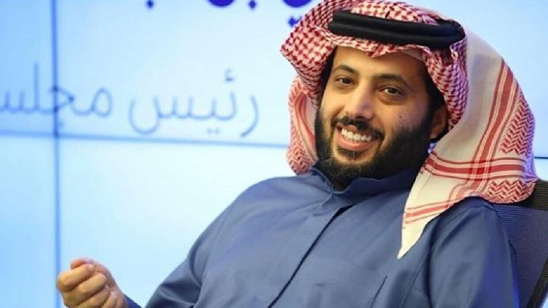 بعد رحلة علاج.. تركي آل الشيخ يسجد على أرض المطار فور وصوله إلى الرياض (فيديو)