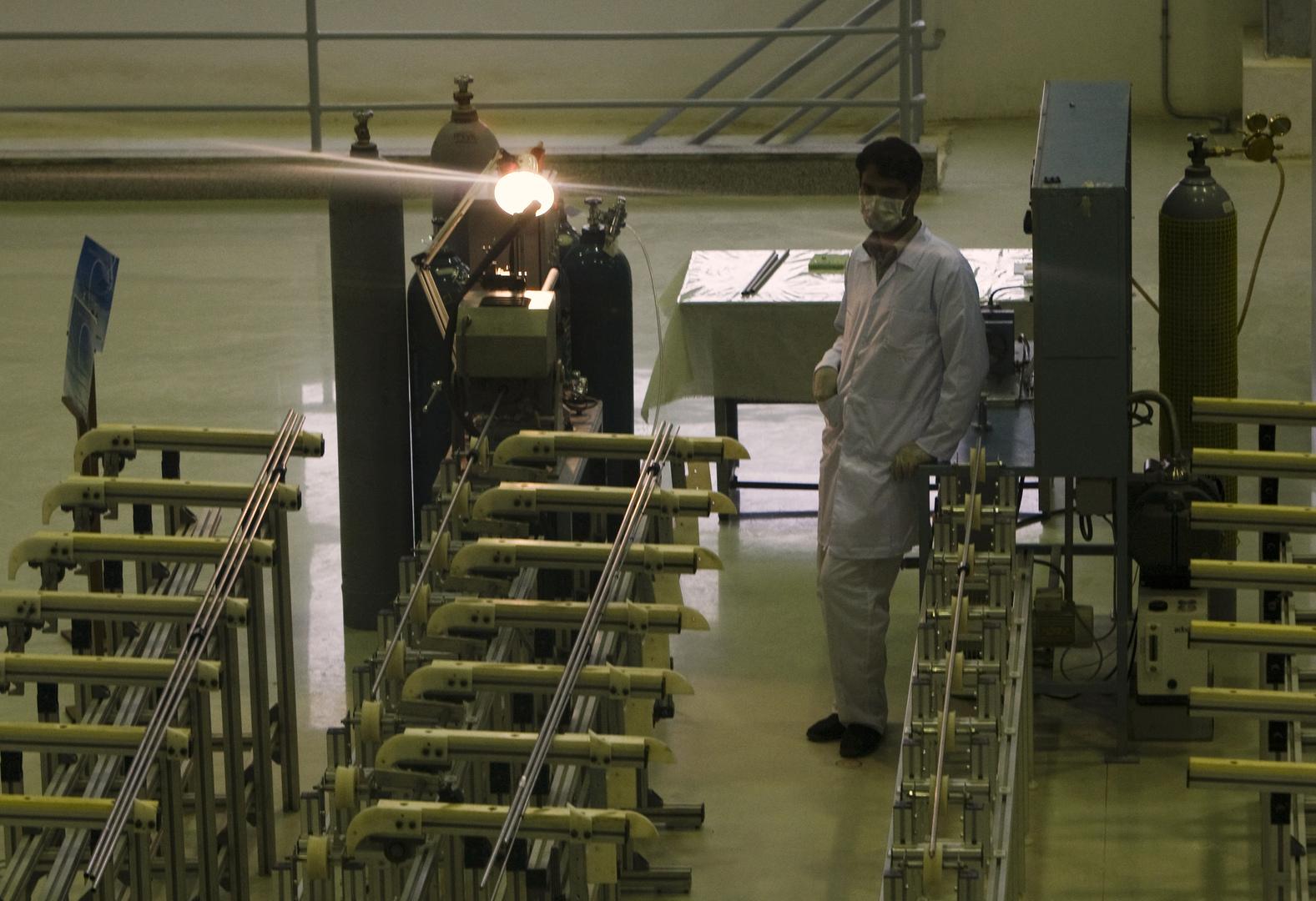 عامل في في منشأة تحويل اليورانيوم في أصفهان بإيران