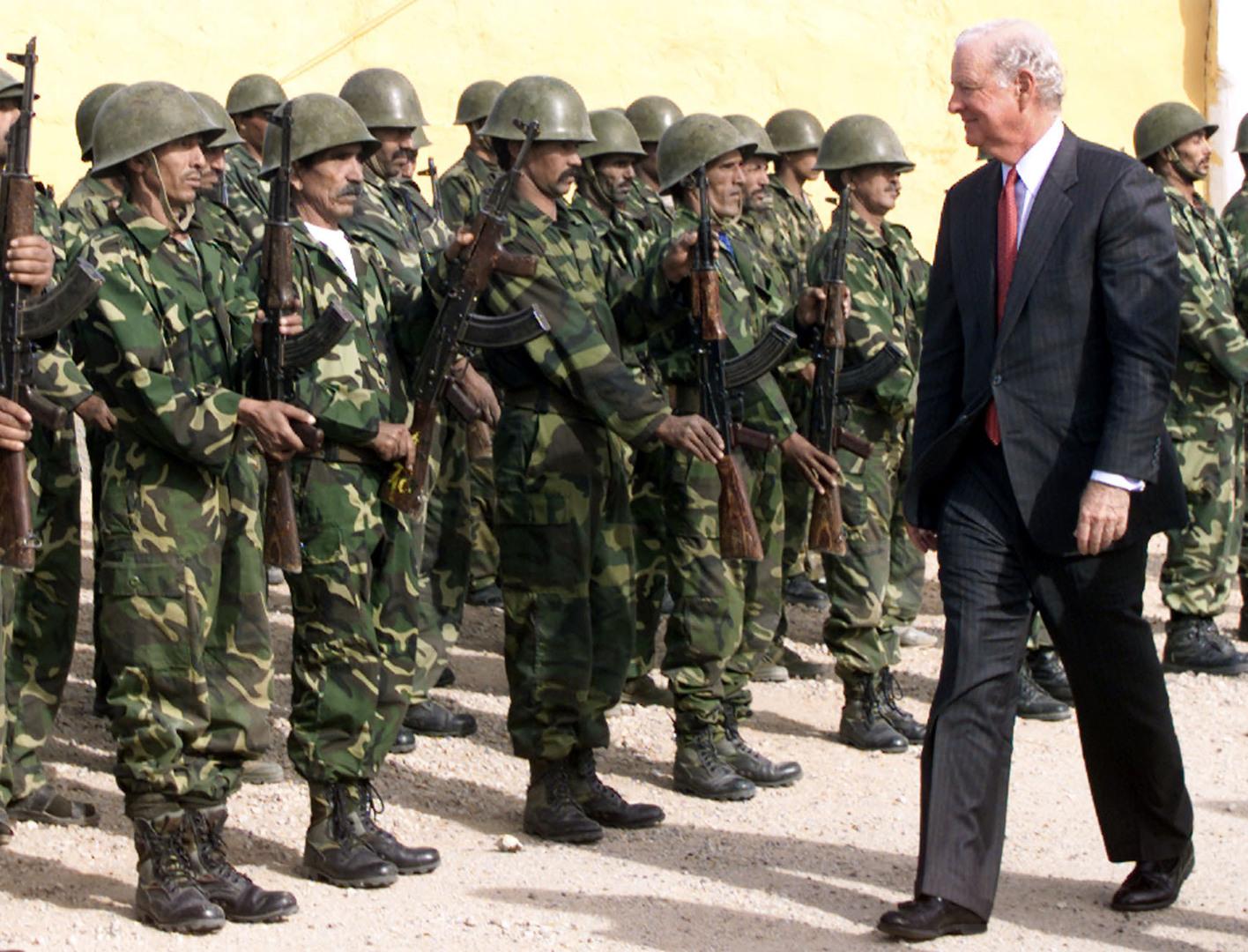 القوات الصحراوية تؤدي التحية العسكرية للمبعوث الأممي الأمريكي جيمس بيكر سنة 1991.