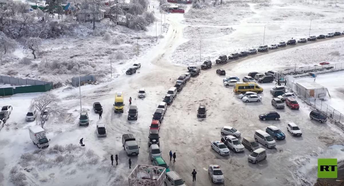 روسيا.. طوابير طويلة من السيارات أمام عبارة للنقل من جزيرة إلى البر الرئيسي