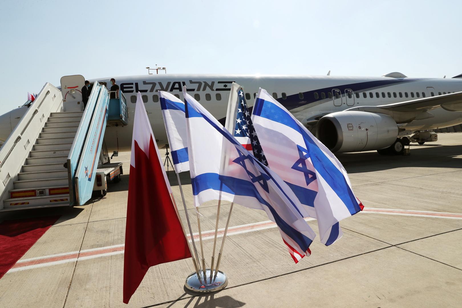 العلم البحريني والعلم الإسرائيلي والعلم الأمريكي
