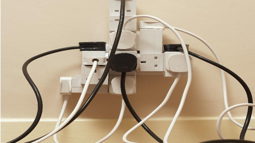 خبير يقيم خطورة إشعاعات المقابس الكهربائية