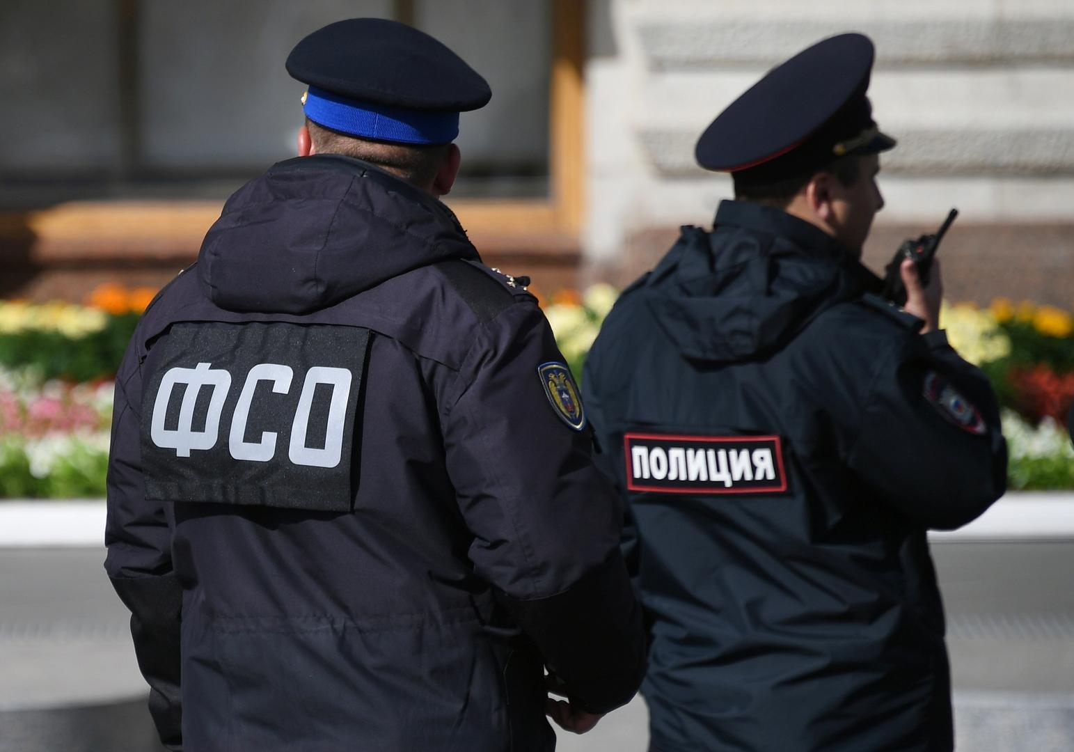 عنصران من هيئة الحراسة الفدرالية على الساحة الحمراء في موسكو