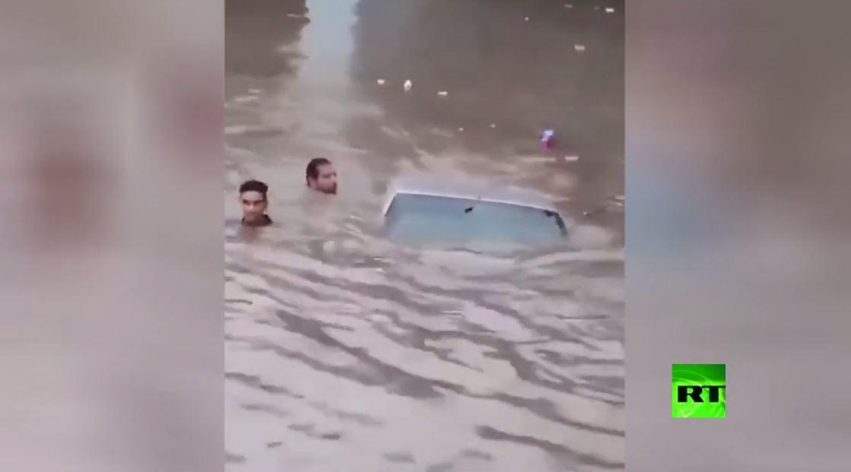 بالفيديو.. انتشال سيارة غرقت في مياه الأمطار جنوب غرب إيران