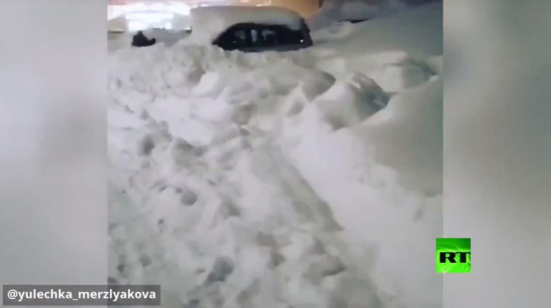 بالفيديو.. الثلوج تغرق مدينة روسية