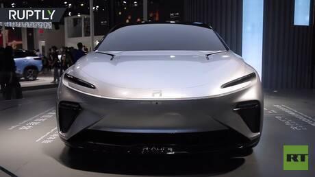 عرض سيارة كهربائية صينية في معرض غوانزو الدولي للسيارات