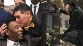 ما حقيقة صورة بيليه يودع مارادونا في مثواه الأخير؟