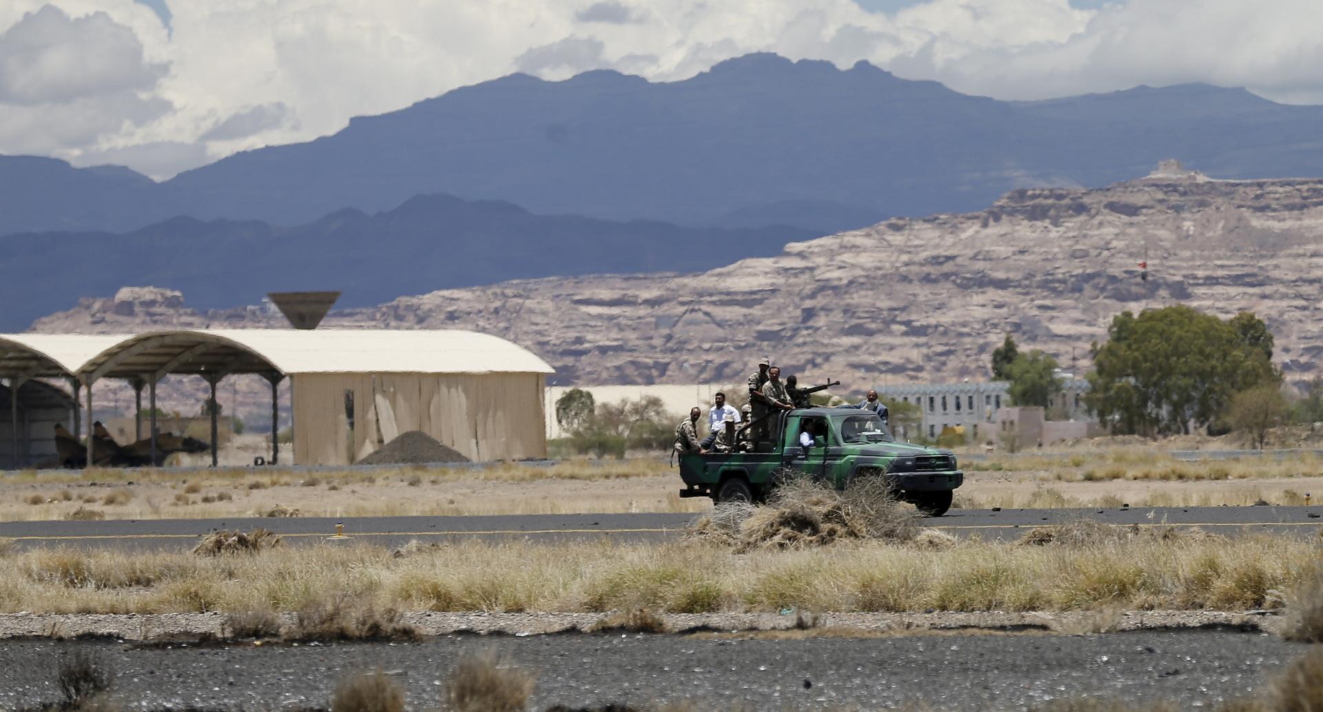 أنباء عن استهداف طيران التحالف العربي مطار صنعاء الدولي بغارتين