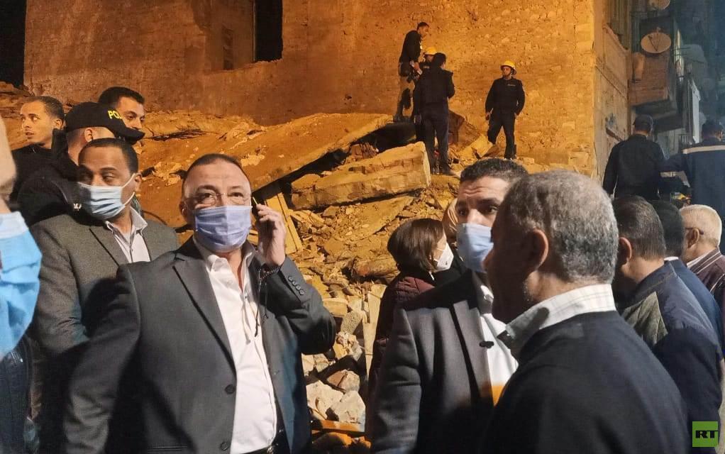 مصر.. أسرتان تحت أنقاض عقار منهار وسط الإسكندرية (صور وفيديو)