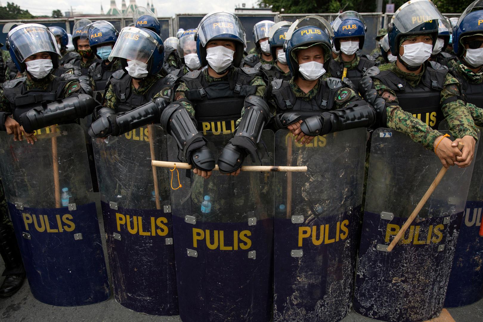 الفلبين.. متشددون يحرقون سيارة للشرطة وينشرون الرعب