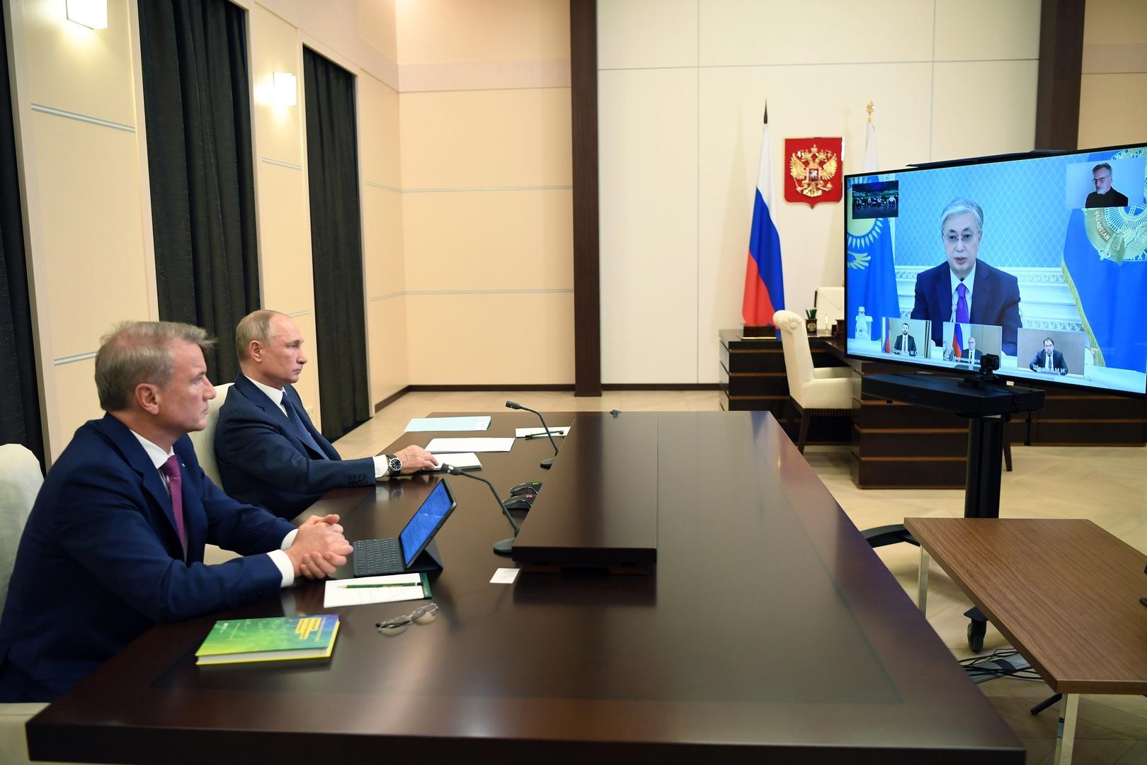 """الرئيس الروسي فلاديمير بوتين ورئيس """"سبيربنك"""" الروسي غيرمان غريف"""