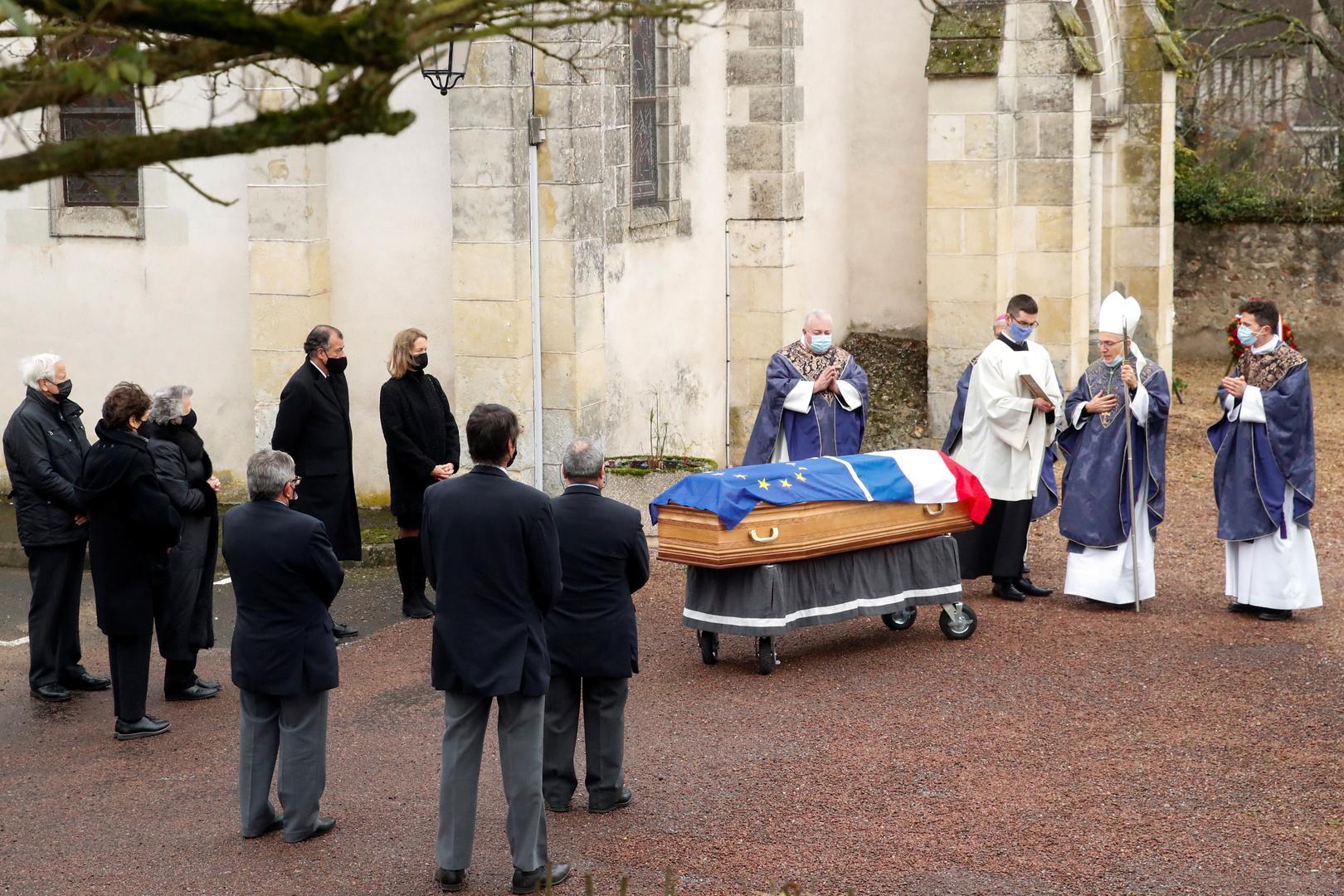 """جثمان الرئيس الفرنسي الأسبق الراحل فاليري جيسكار ديستان أمام باب كنيسة بلدته """"أوتون"""" في وسط فرنسا."""