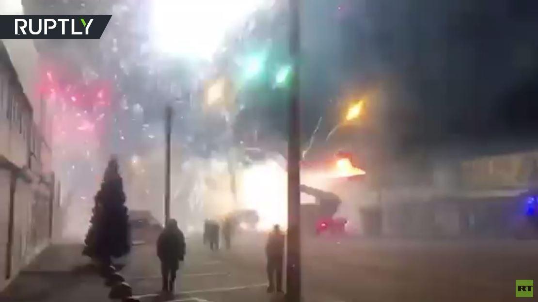 بالفيديو.. انفجارات المتفرقعات بسبب حريق في سوق في مدينة روسية