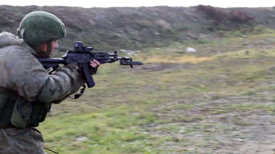 بالفيديو.. قوات الإنزال الروسية تستخدم رشاس آك-12 الحديث أثناء تدريب قتالي