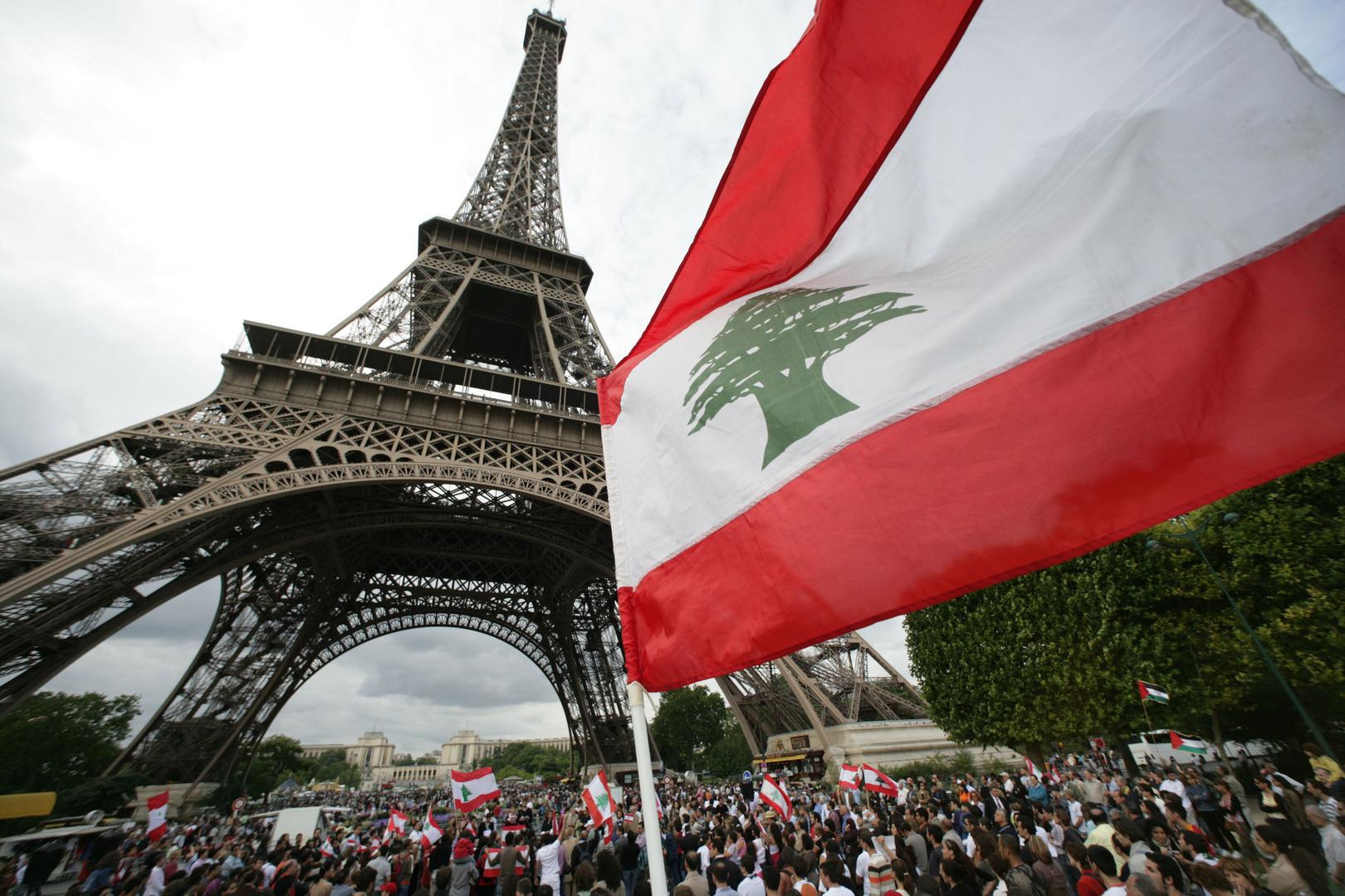 علم لبنان أمام برج إيفل في العاصمة الفرنسية باريس