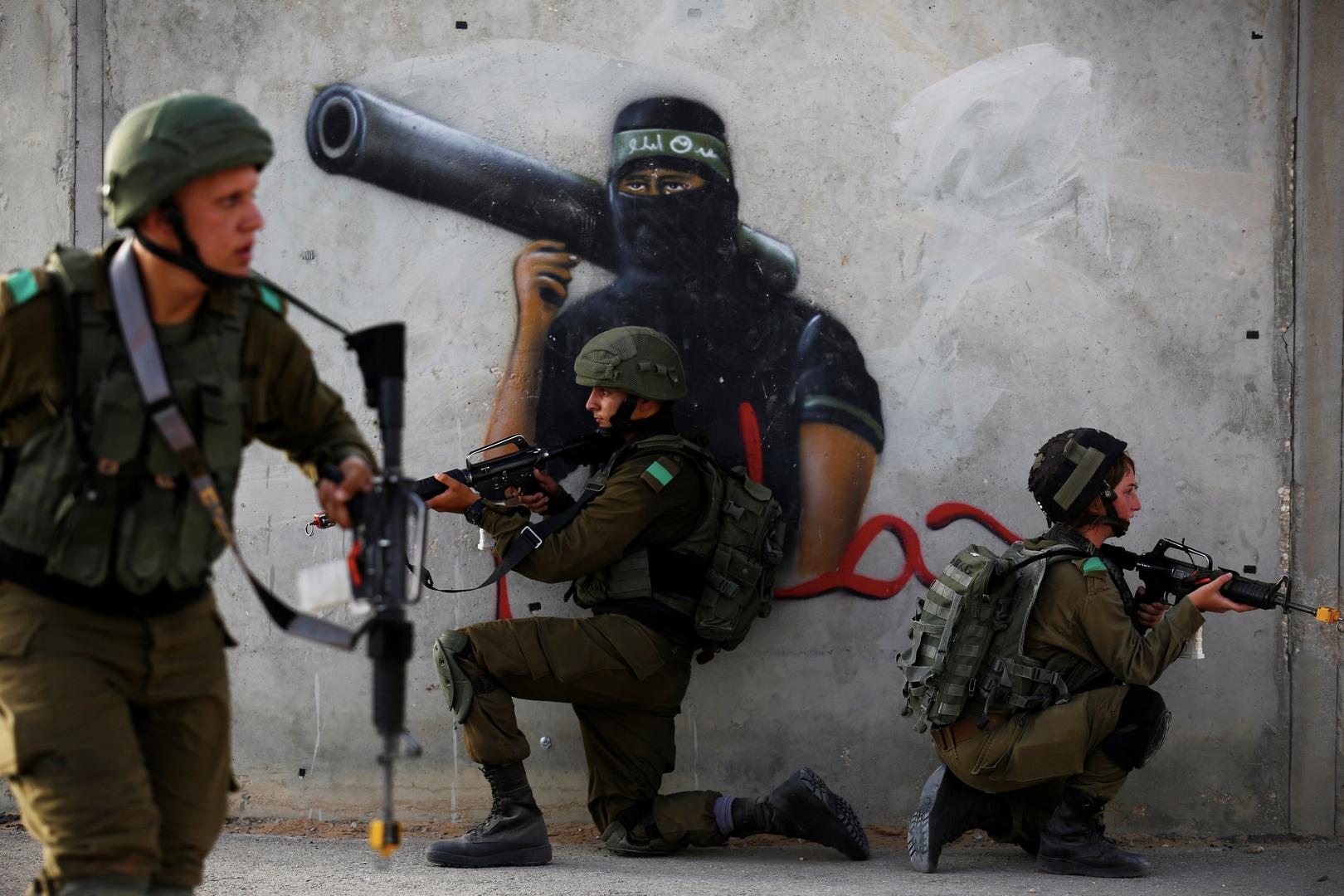 الجيش الإسرائيلي يطلق النار على فلسطيني بحجة محاولة تنفيذ عملية طعن (فيديو)