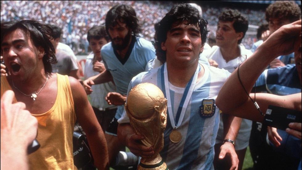 مدرب الأرجنتين التاريخي لا يعلم برحيل مارادونا حتى الآن