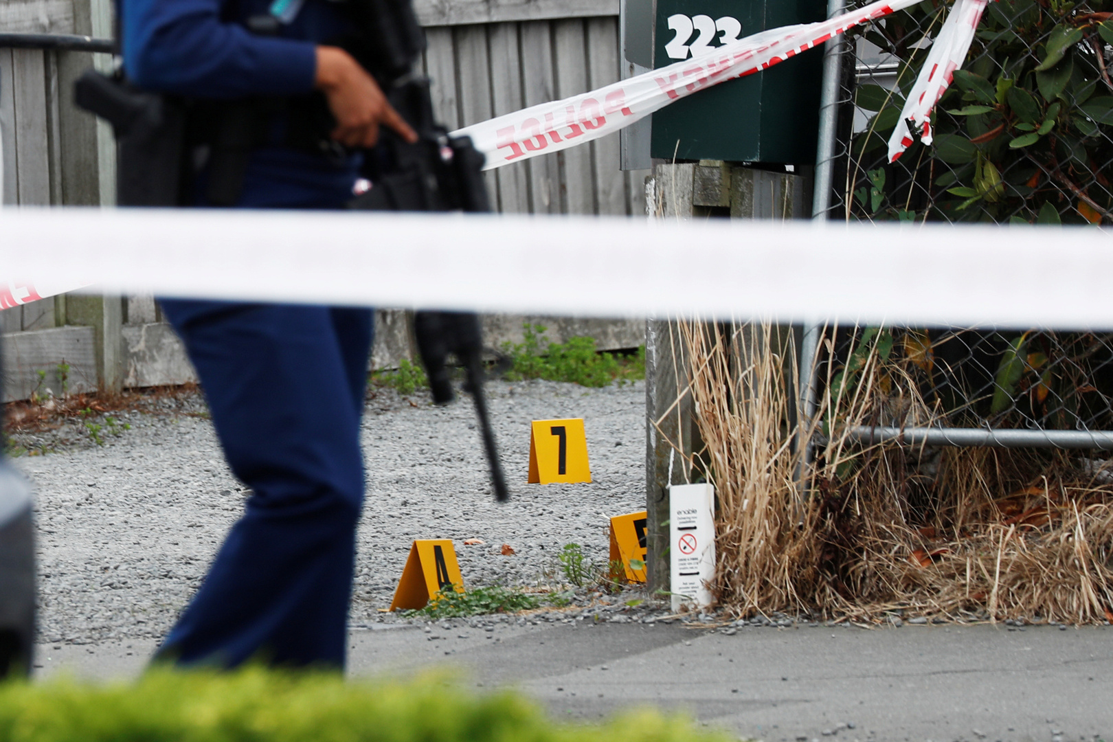 عنصر من الشرطة يحرس موقع إطلاق النار أثناء التحقيق خارج مسجد لينوود في كرايستشيرش بنيوزيلندا