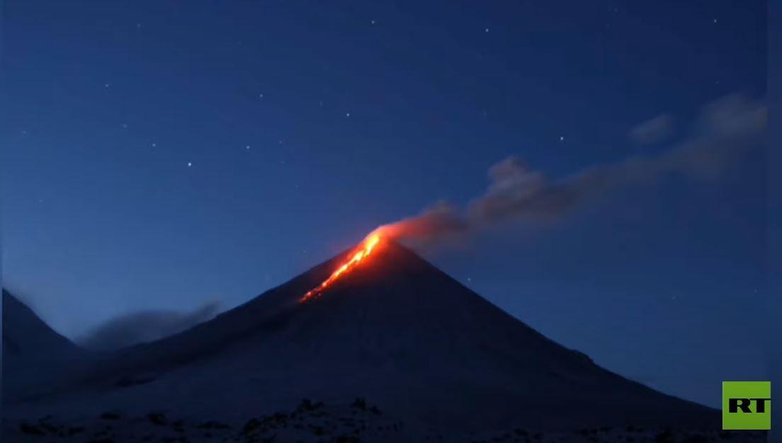 شاهد.. بركان كامتشاتكا الروسي يبدأ نشاطه