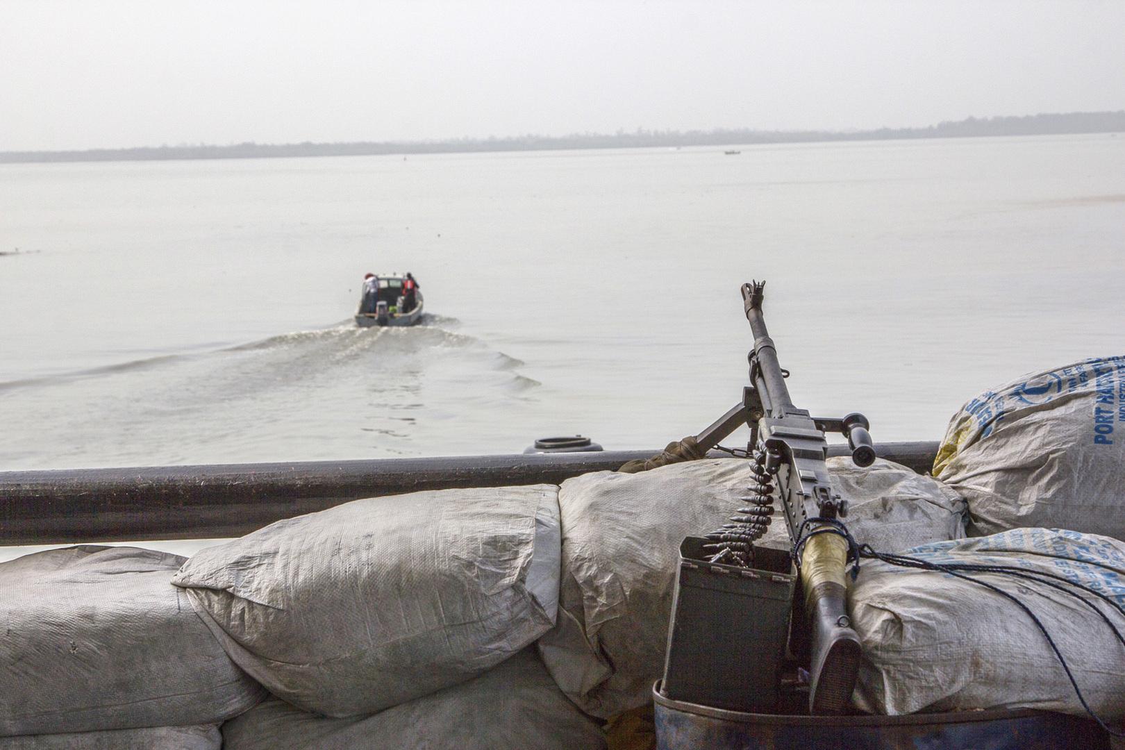 بالفيديو.. اشتباك بين سفينة تجارية وقراصنة في خليج غينيا